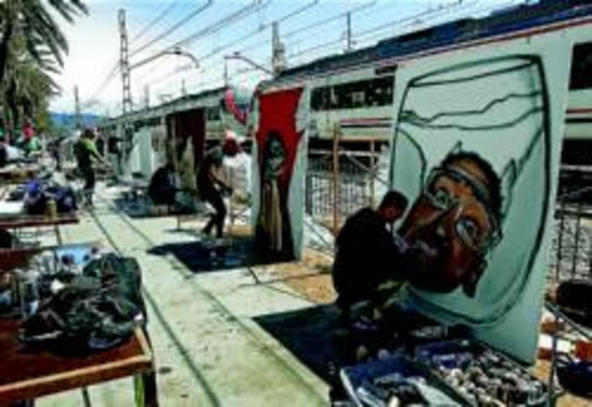 Varios grafiteros plasman sus obras en Street Colors, el domingo pasado en la Rambla de Badalona.