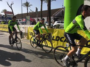 El equipo vasco Euskadi-Murias se dirige a la salida de la etapa inaugural de la ronda andaluza.