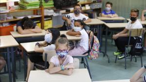 Alumnos del colegio L'Esperança de Barcelona, en su primer día de clase del nuevo curso.