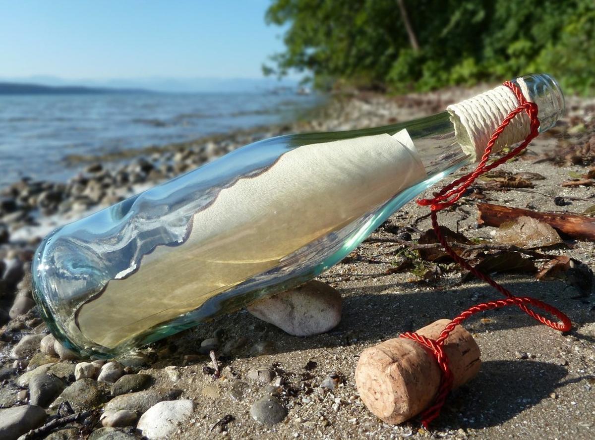 Encuentran en Moscú un mensaje en una botella que una niña tiró al mar en España