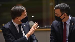 El primer ministro holandés, Mark Rutte, y el presidente del Gobierno español, Pedro Sánchez.
