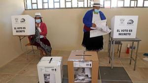 Mujeres indígenas depositan su voto en las elecciones de Ecuador.