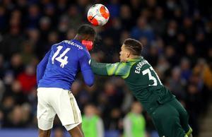 Ederson, portero del Manchester City, evita que Ihenacho, del Liecester, remate de cabeza, el domingo 22 de febrero en la Premier.
