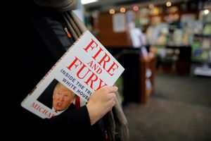 Una mujer sostiene un ejemplar de 'Fire and Fury', en una librería de Washington (EEUU)