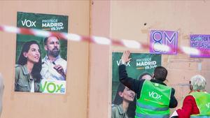 Pegada de carteles electorales de Vox en un acto electoral del partido en la localidad madrileña de Fuenlabrada, el pasada día 19.