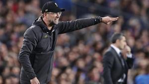 Klopp da instrucciones a sus jugadores en el Camp Nou ante Valverde.