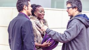 Ramon Tèrmens (derecha) conversando conIsak Férriz y Yolanda Sey.