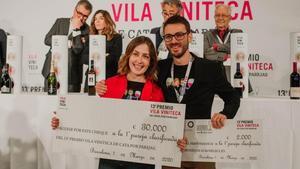 Lucía Viz y otro de los ganadores de la 13ª edición del Premio Vila Vinateca, celebrado este domingo en Barcelona.