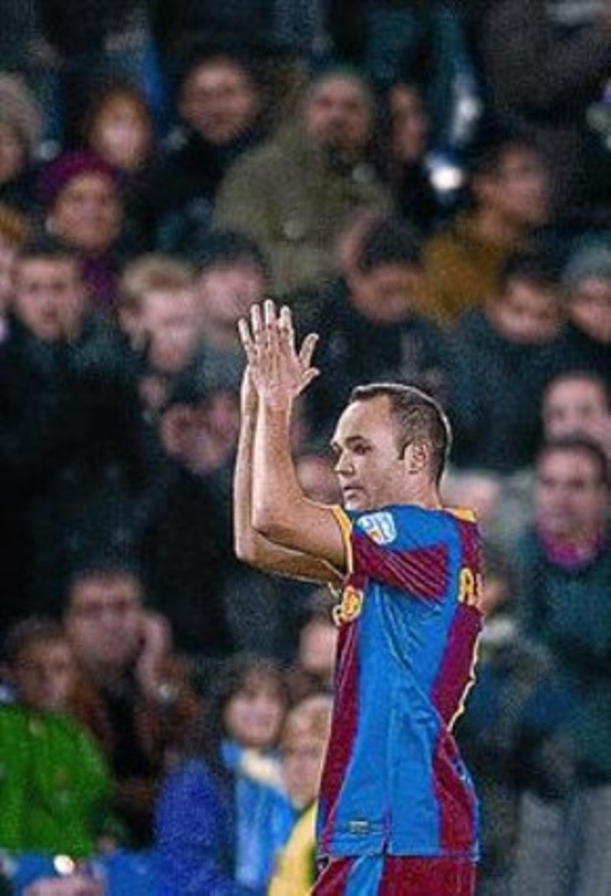 Iniesta aplaudedurante un partido.