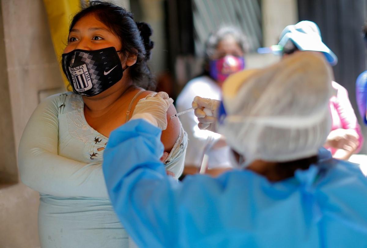 La tasa de contagios y muertes por Covid-19 ha bajado en Perú.