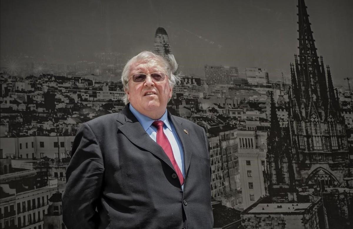 Paul Preston, este lunes ante una foto mural de la capital catalana, donde presenta la versión en cómic de 'La guerra civil española' y donde será investido Doctor Honoris Causa por la Universidad de Barcelona.