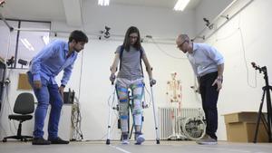 Prueba con el exoesqueleto robótico en las instalaciones de la Escuela de Ingenieros Industriales dela UPC, en Barcelona.