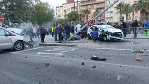 El vehículo la Policía Local de El Prat de Llobregat accidentado esta tarde.