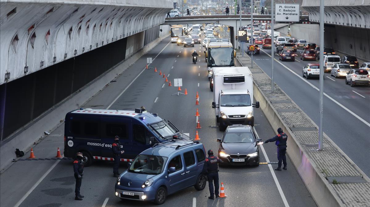 Control de movilidad de los Mossos en la Gran Vía de Barcelona.