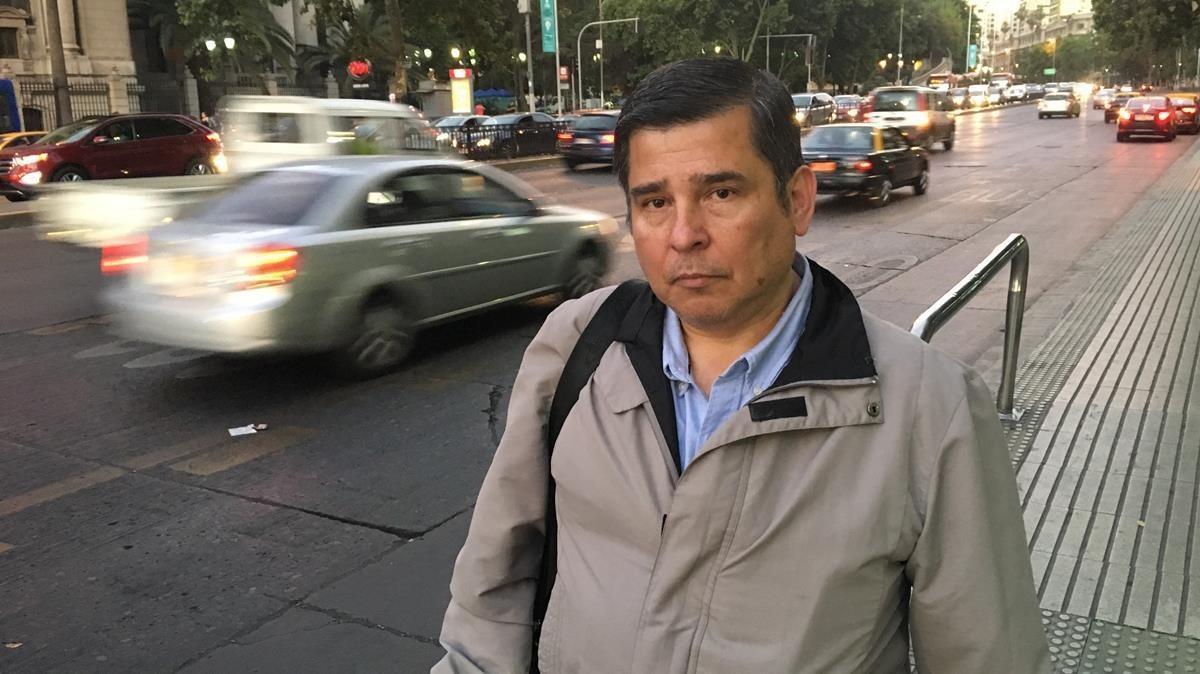 Jaime Concha, después de la entrevista con El Periódico, junto a al Biblioteca Nacional de Chile.