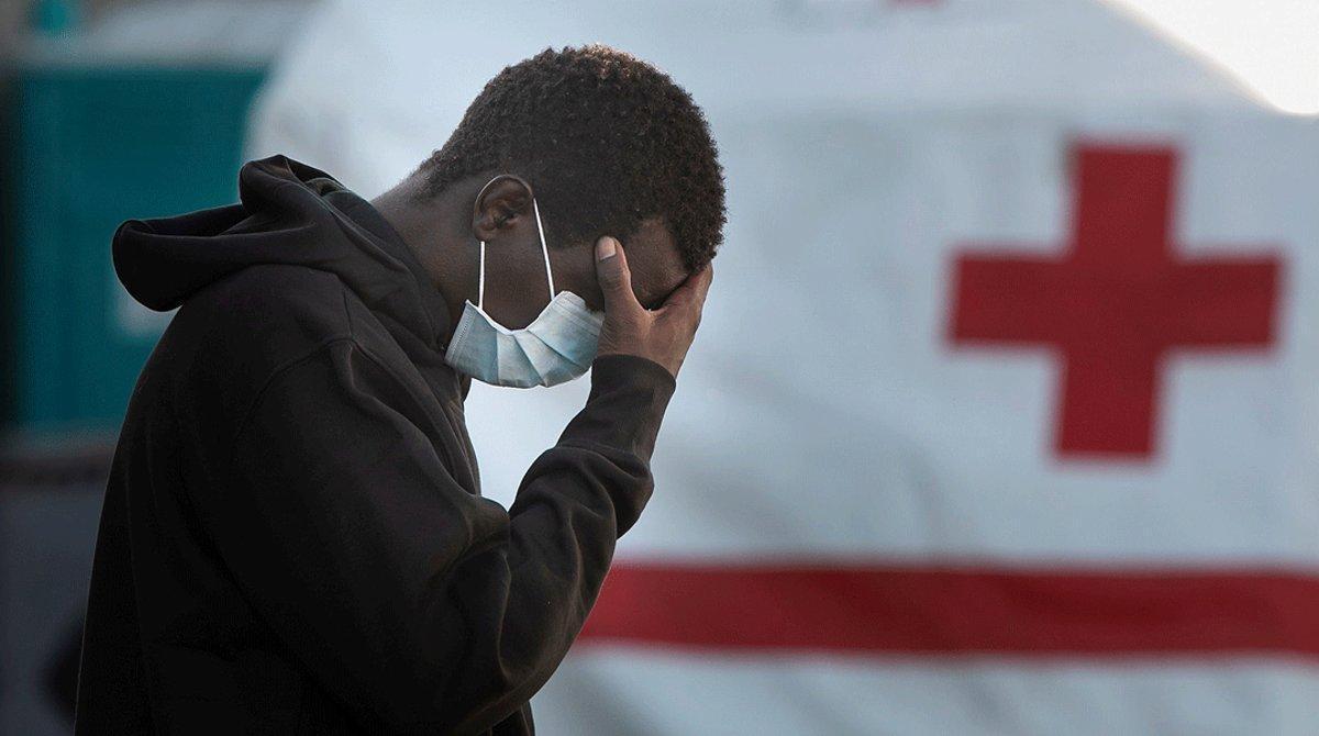 Uno de los inmigrantes rescatados de una patera a la deriva cerca del puerto de Arguineguín (Gran Canaria), el 8 de junio.