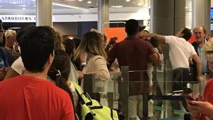 La foto colgada en Twitter en la que se ve el momento de la agresión del trabajador del aeropuerto al pasajero, con su bebé en brazos.