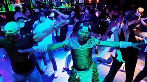 La pista de baile de uno de los locales con los participantes en el ensayo de ocio nocturno seguro en Sitges