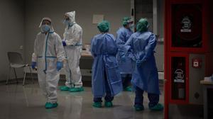 Varios sanitarios en un dispositivo de cribados masivos en el barrio del Raval en Barcelona, el pasado 7 de diciembre.