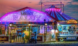 Una hermosa imagen de la entrada del circo al atardecer.