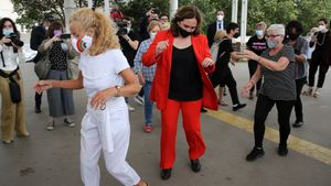 Colau balla amb unes veïnes del Besòs de Barcelona durant una visita amb la vicepresidenta Yolanda Díaz
