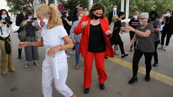Colau baila con mujeres de la asociación Bon Pas de Ball durante una visita a la zona de Bon Pastor junto a Yolanda Díaz