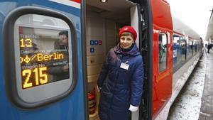 Una mujer en un tren que parte hacia Berlín en Rusia.