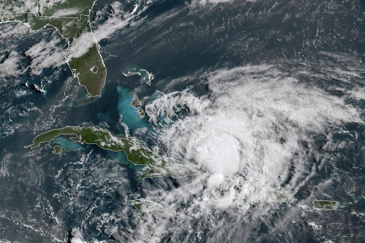 El huracán ha ido dejando inundaciones y ha derribado tejados, con especial saña en la isla bahamense de San Salvador.