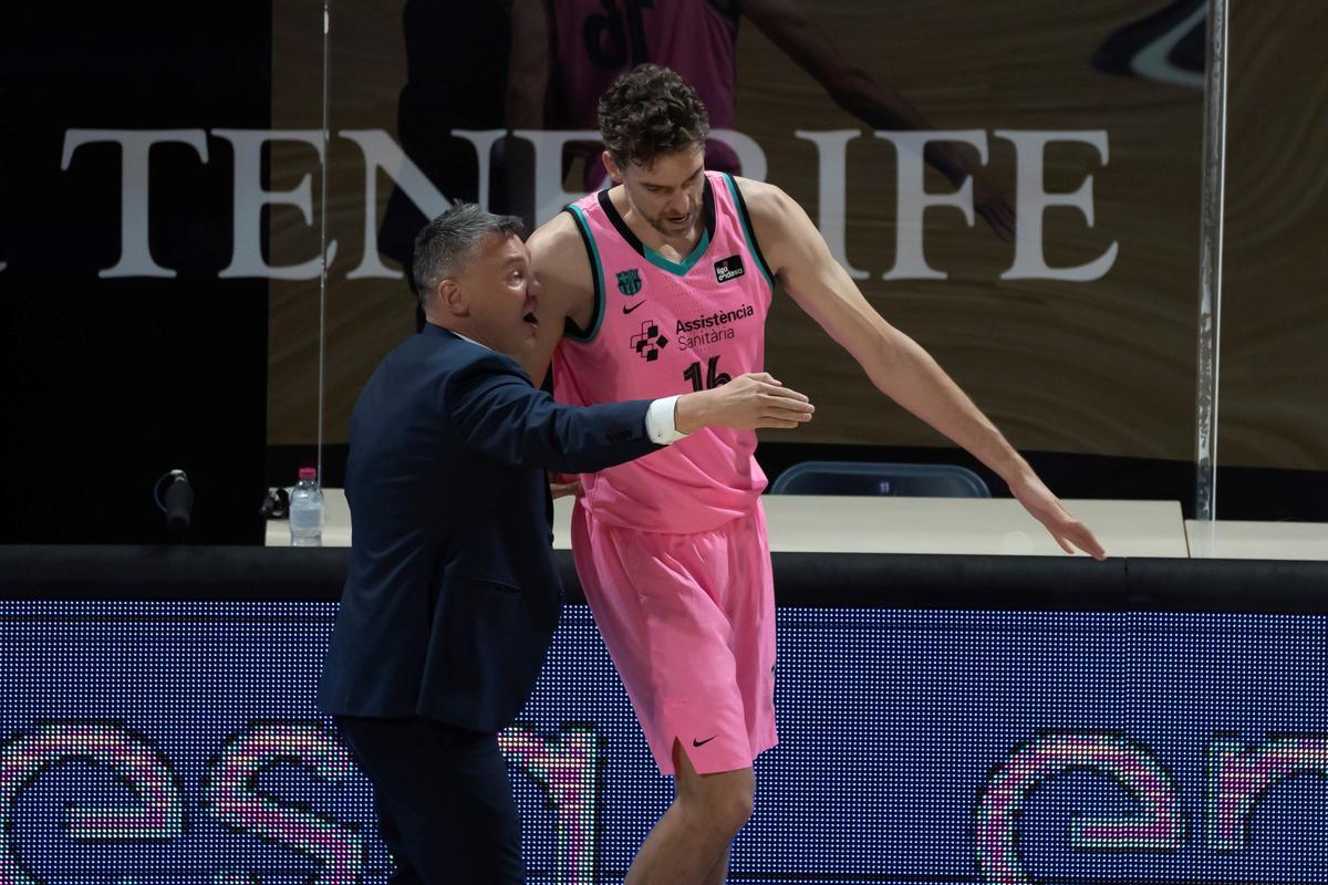 Jasikevicius da instrucciones a Gasol en el partido de Tenerife