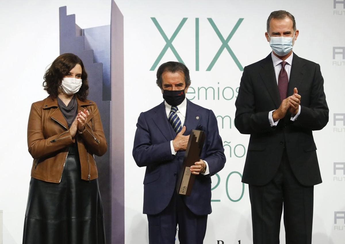 El Rey Felipe VI y la presidenta de la Comunidad de Madrid, Isabel Díaz Ayuso, junto a Enrique Cornejo, uno de los premiados