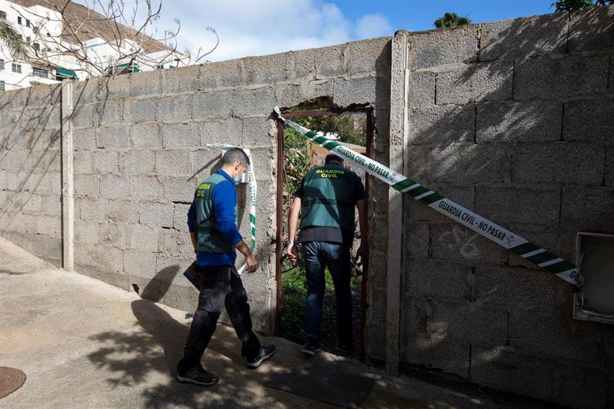 Agentes de la Guardia Civil, ante la vivienda de Las Palmas en la que se ha cometido uno de los crímenes.