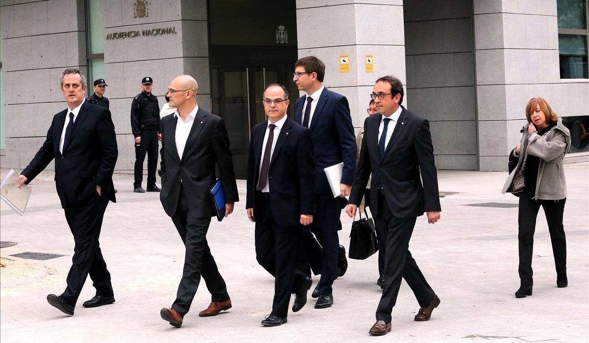 Los 'exconsellers' de la Generalitat de Catalunya Joaquim Forn, Raul Romeva , Jordi Turull , Carles Mundí , Josep Rull, Dolors Bassa y Meritxell Borras a su llegada a la Audiencia Nacional, el 2 de noviembre.
