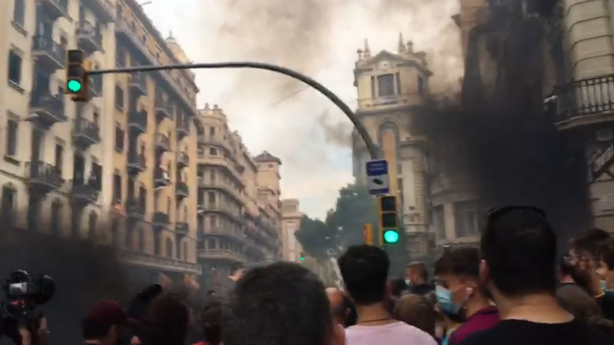 Tensió i aldarulls davant la Prefectura Superior de Policia de Barcelona després de la manifestació de la Diada