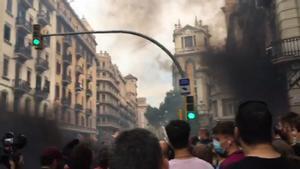 Tensión y lanzamiento de objetos a la Jefatura de la Polícía en Barcelona