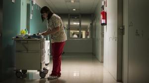 Una enfermera de neonatologia de Sant Joan de Déu hace su ronda en la cuarta planta de maternidad durante su guardia de noche .