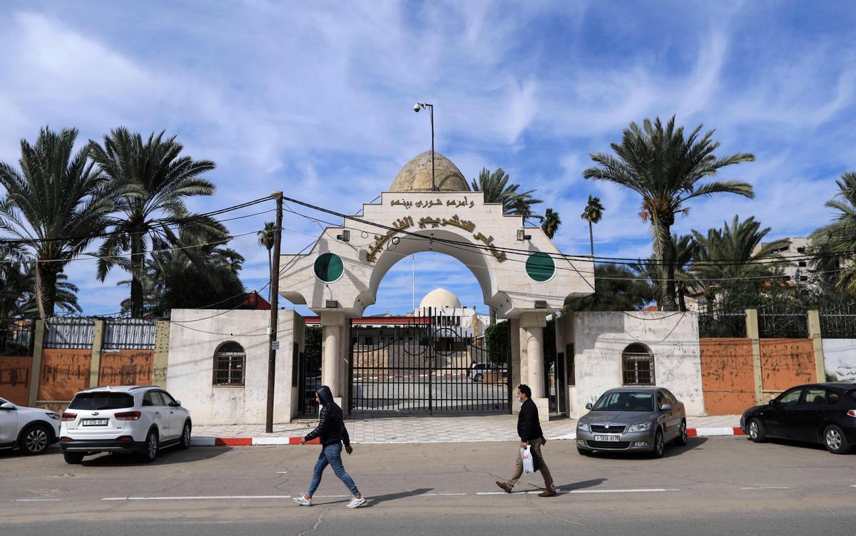 Ciudadanos palestinos caminan frente al Consejo Legislativo de Gaza.