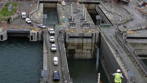 Pruebas en la ampliación del Canal de Panamá tras acabar las obras.