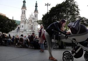 Un grupo de jóvenes en la terraza de una cafetería de la plaza Zbawiciela, en el centro de Varsovia.