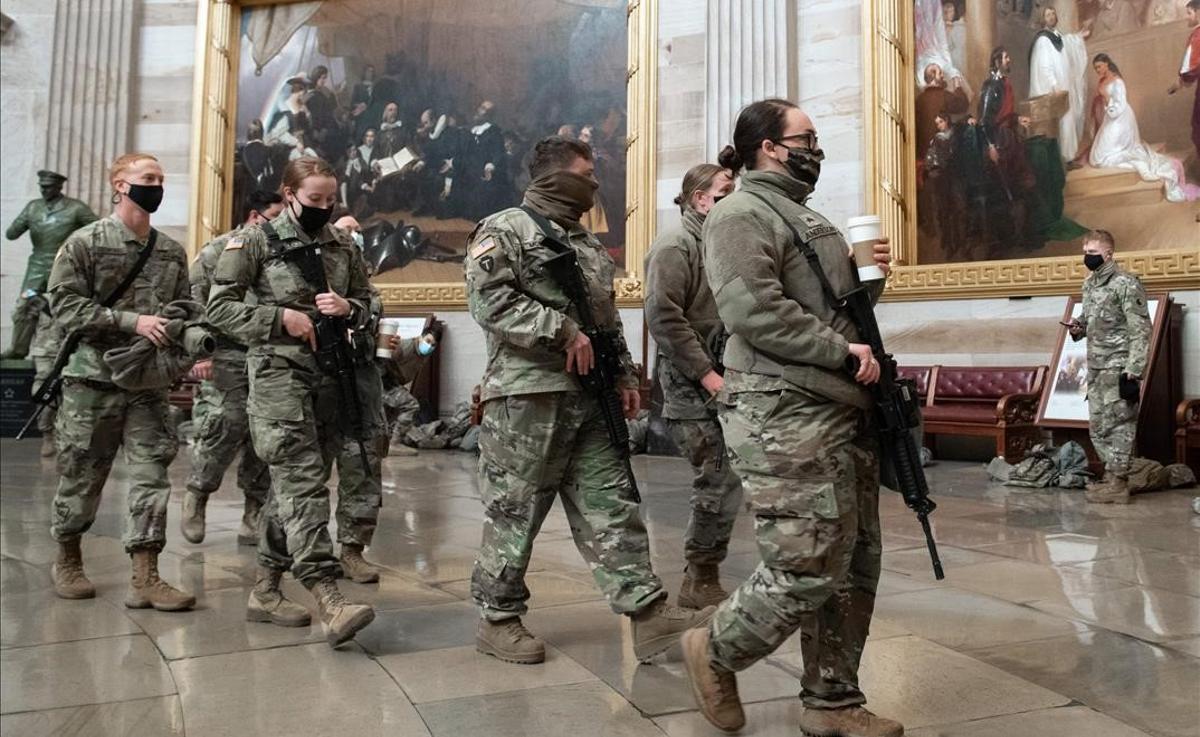 Miembros de la Guardia Nacional en el interior del Capitolio, en Washington.