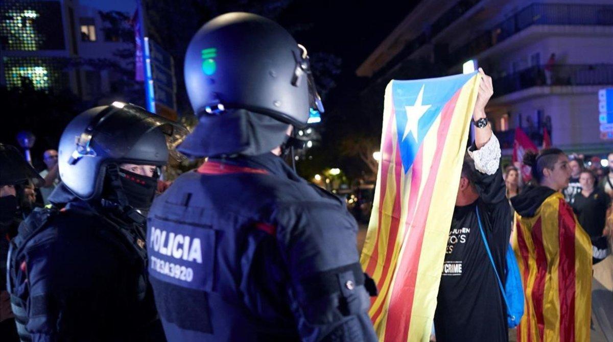 Manifestación en Calella a favor y en contra de la Guardia Civil y la Policía Nacional