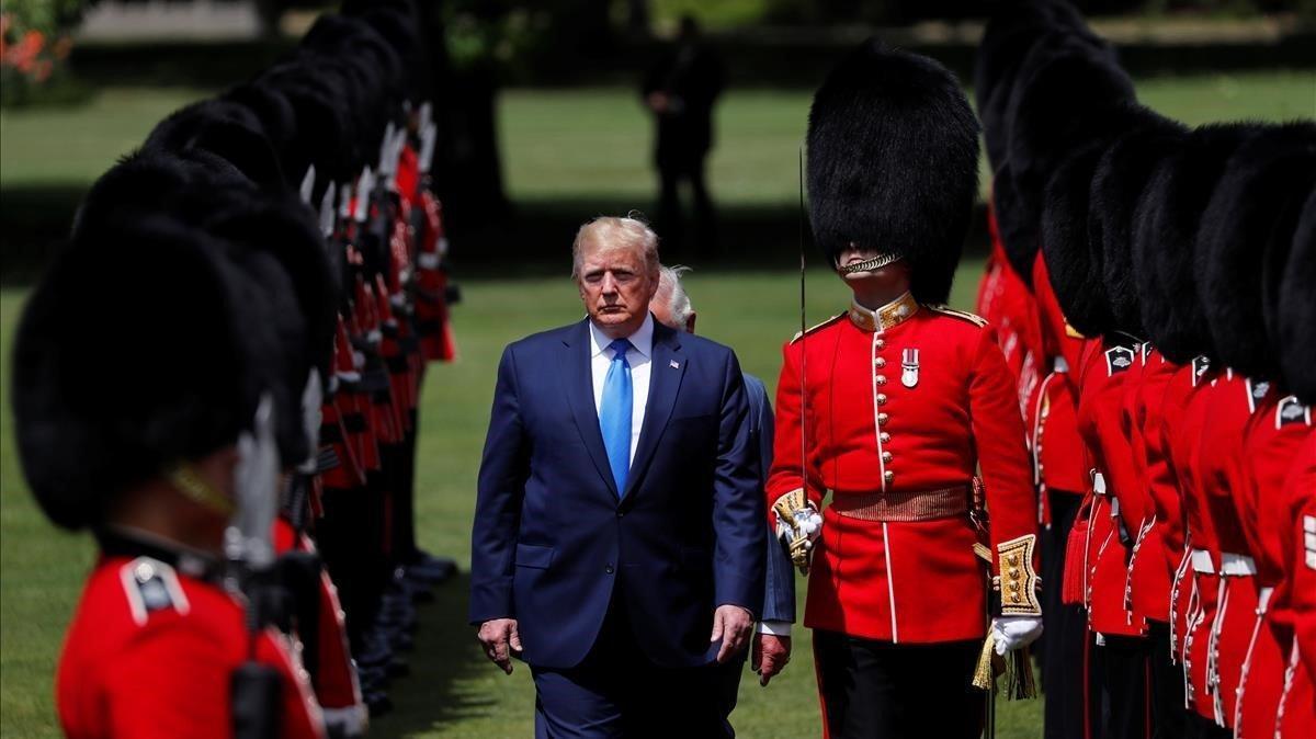Trump es recibido por la Guardia de Honor del Palacio deBuckingham.