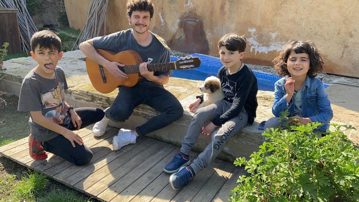 Miki Núñez, con sus niños en el programa de TV-3 'Lau pair'.