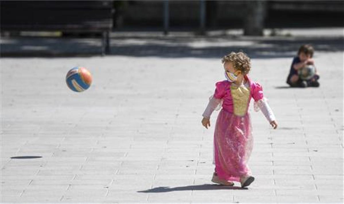 Una niña juega en una calle de Barcelona el 26 de abril de 2020, cuando el Gobierno decretó que los menores podían salir de sus casas