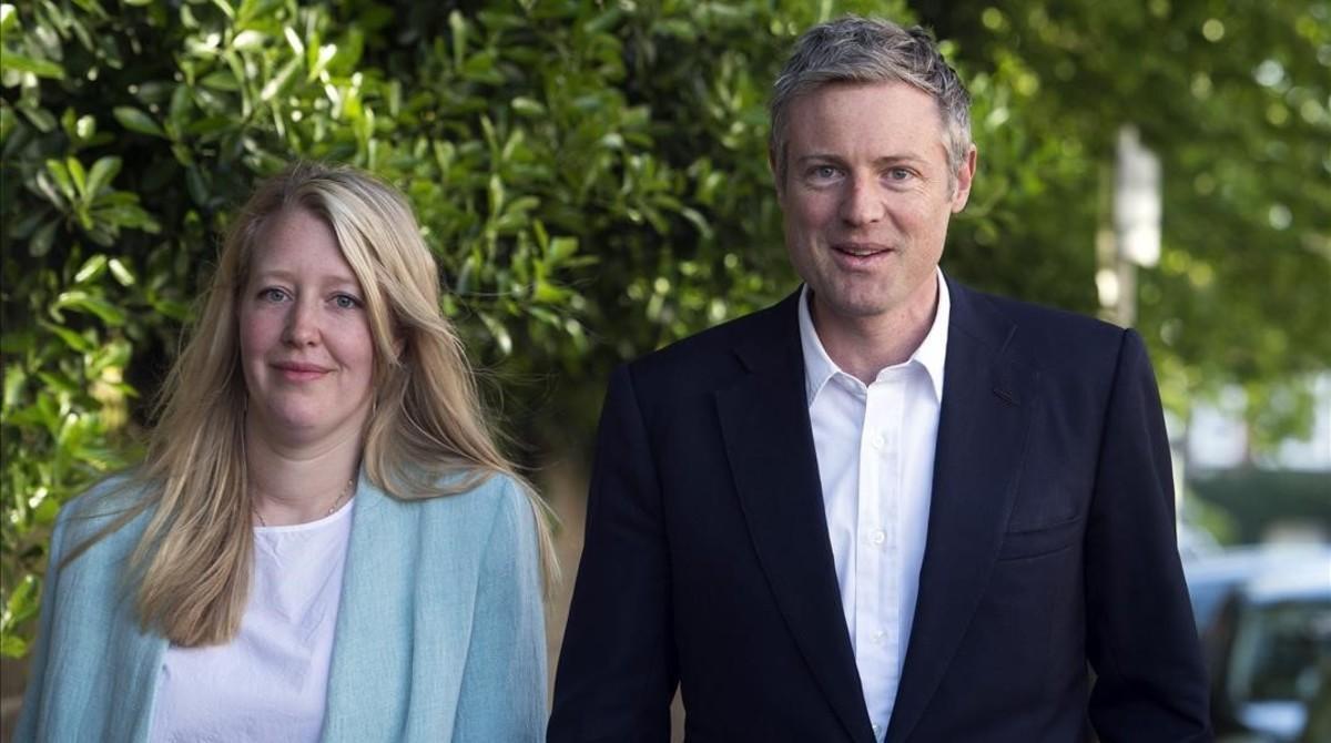 Zac Goldsmith, y su esposa, Alice Rothschild, llegan al centro de votación para participar en los comicios locales, en Londres, este jueves.