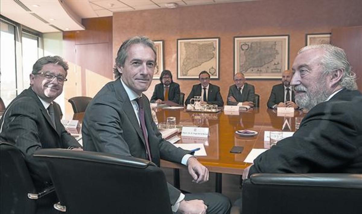 Reunión entre el ministro de Fomento, Íñigo de la Serna (en primer plano), y el 'conseller' Josep Rull a principios de mes.