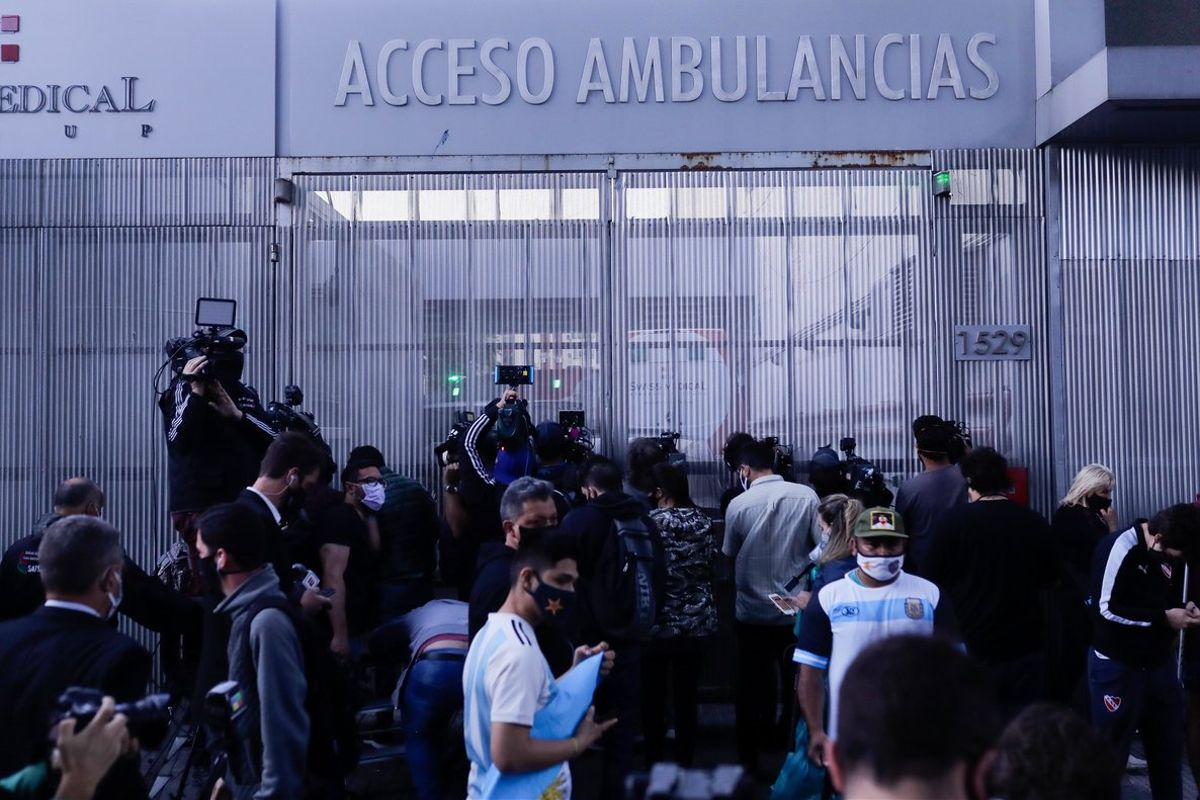 En la puerta de la clínica se juntaron varias personas que demostraron su admiración al ahora entrenador de Gimnasia y Esgrima La Plata con banderas y canciones.