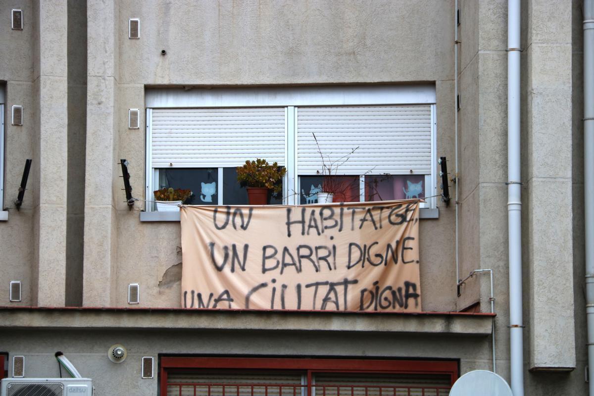 Una pancarta que reclama viviendas dignas en el polígono Arraona, en el barrio de Los Merinals de Sabadell