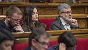 De izquierda a derecha, los diputados de la CUP Vidal Aragonés, Maria Sirvent y Carles Riera, en el Parlament, el pasado mayo.