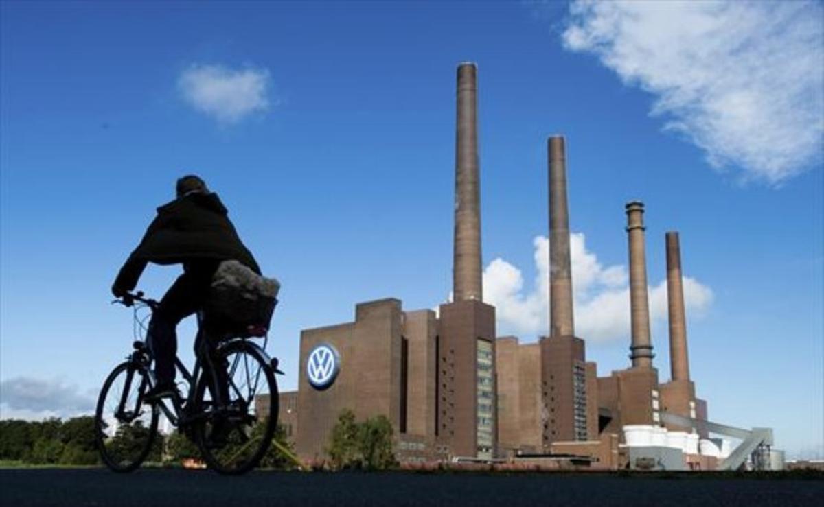 Un ciclista pasa por delante de la planta de Volkswagen en Wolfsburg, Alemania, el pasado 23 de septiembre.