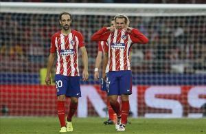 Griezmann y Juanfran, desolados después del segundo gol del Chelsea.